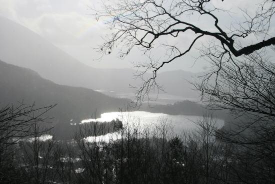20,11,30 雪降る湯の湖遠望3 逆虹b.jpg