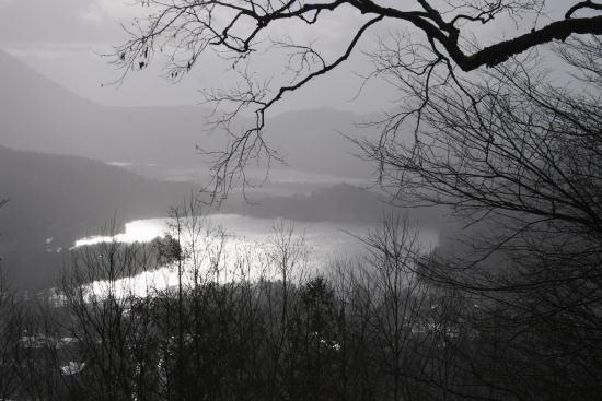 20,11,30 雪降る湯の湖遠望4b.jpg