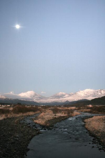 20,12,15 十六夜の月と白い連山1ー1b.jpg