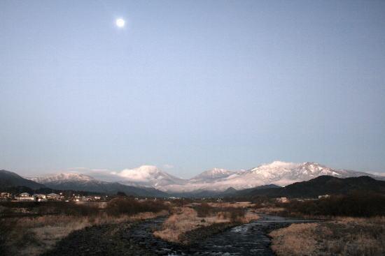 20,12,15 十六夜の月と白い連山1ー3b.jpg