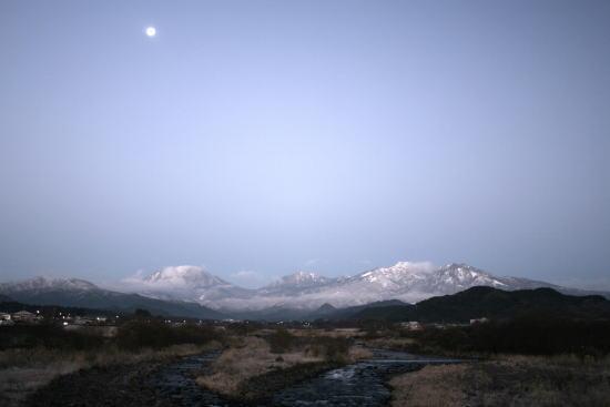 20,12,15 十六夜の月と白い連山2ー3b.jpg