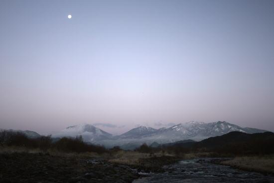20,12,15 十六夜の月と白い連山3-2b.jpg