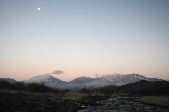 20,12,15 十六夜の月と連山朝焼け2-1b.jpg