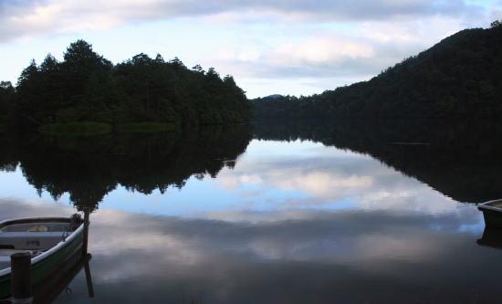 20,9,8 湯の湖鏡面2b.jpg