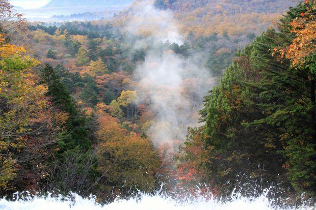 23,10,19 湯滝の紅葉とけあらし5-4e.jpg