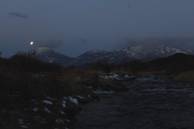 23,1,21 満月と連山2-3.jpg