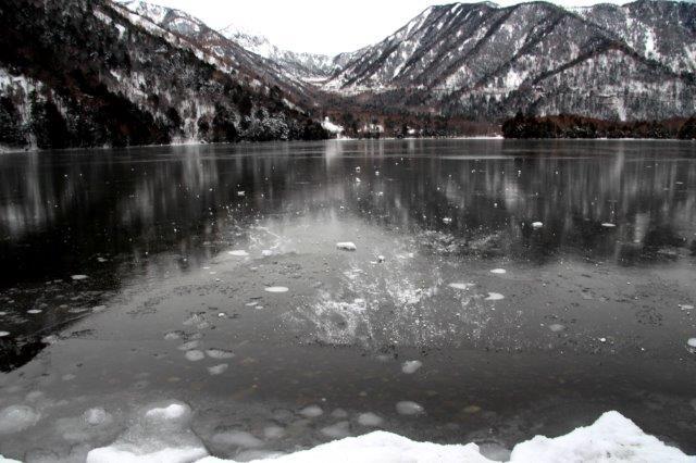 26,12,20 湯の湖凍結開始1-1.jpg