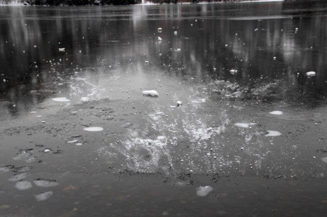 26,12,20 湯の湖凍結開始1-2.jpg