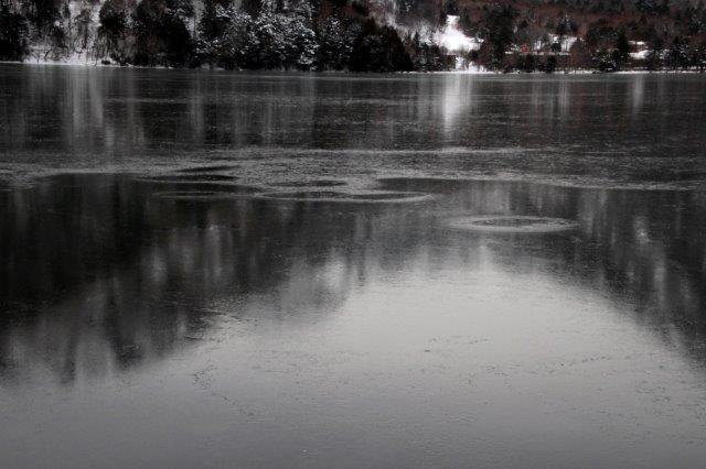 26,12,20 湯の湖凍結開始1-8.jpg