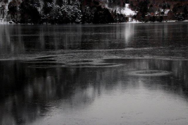 26,12,20 湯の湖凍結開始1-9.jpg