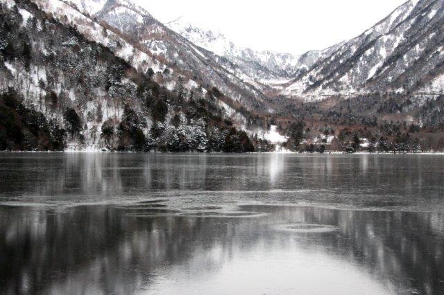 26,12,20 湯の湖凍結開始2-1.jpg