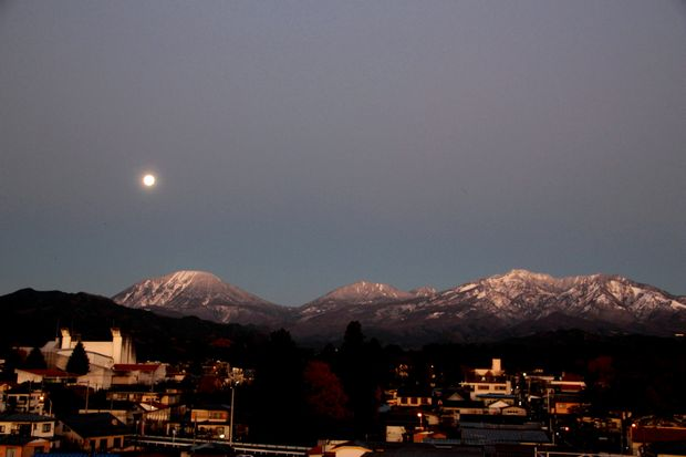 27,11,17 満月と初冠雪連山1-1b.jpg