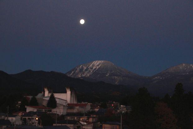27,11,17 満月と初冠雪連山1-8b.jpg
