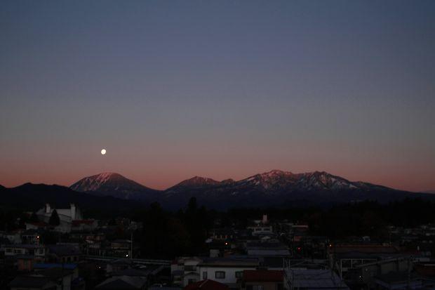 27,11,17 満月と初冠雪連山2-1b.jpg