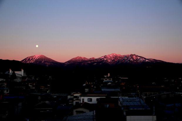 27,11,17 満月と初冠雪連山2-4b.jpg