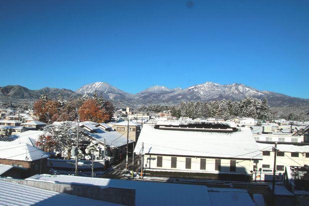 28,11,25 連山の雪、巷の紅葉1-2b.jpg