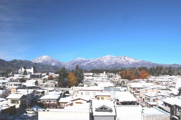 28,11,25 連山の雪、巷の紅葉1-3b.jpg