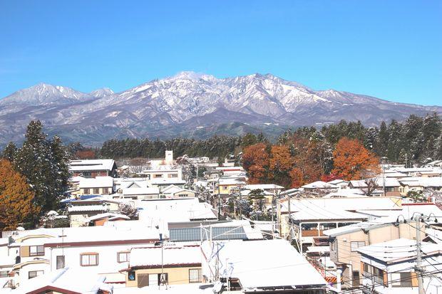 28,11,25 連山の雪、巷の紅葉1-4b.jpg