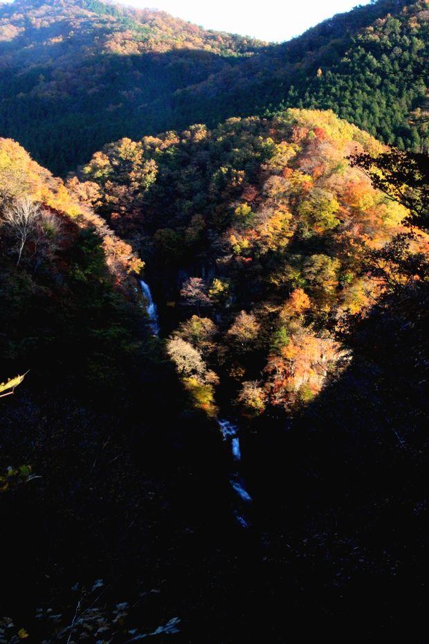 29,11,3霧降の滝の紅葉4-6b.jpg