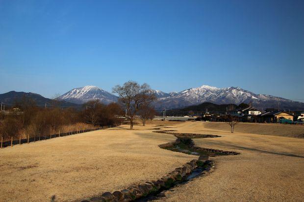 29,3,25 連山と芽ぶきの大谷川1-1b.jpg