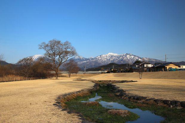 29,3,25 連山と芽ぶきの大谷川1-3b.jpg