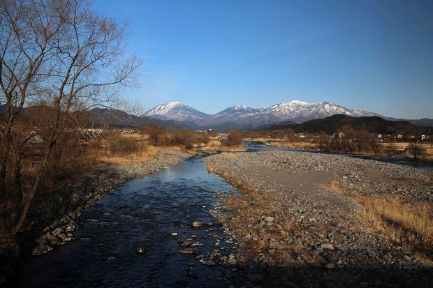 29,3,25 連山と芽ぶきの大谷川2-4b.jpg