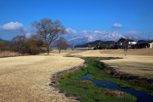 29,4,3 雪の連山芽ぶきの大谷川1-4b.jpg