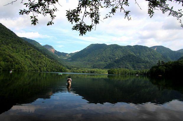 29,8,5 湯の湖の鏡像1-5b.jpg