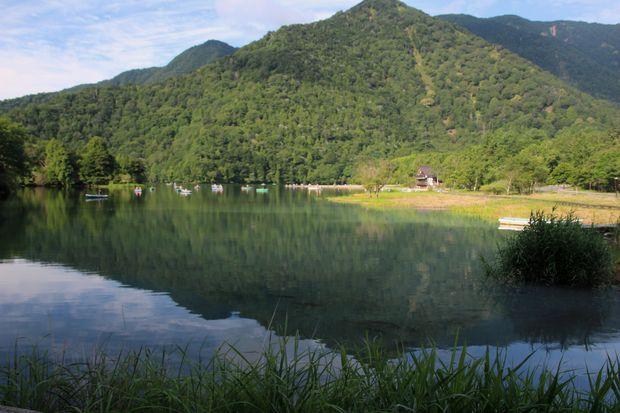 29,8,5 湯の湖の鏡像と鯉1-1b.jpg