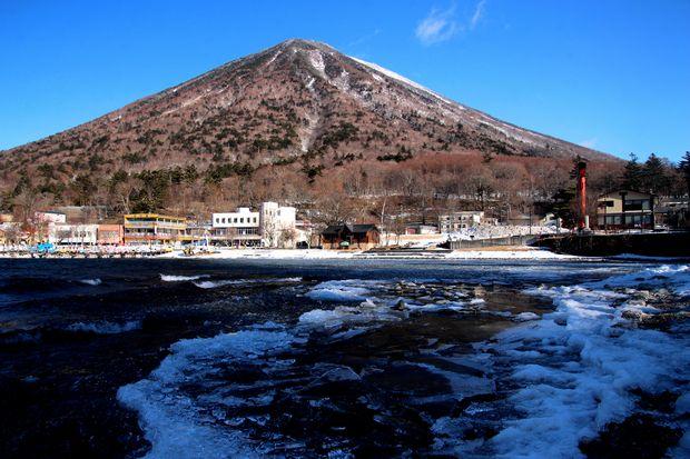 30,2,11中禅寺湖の氷と男体山1-1b.jpg