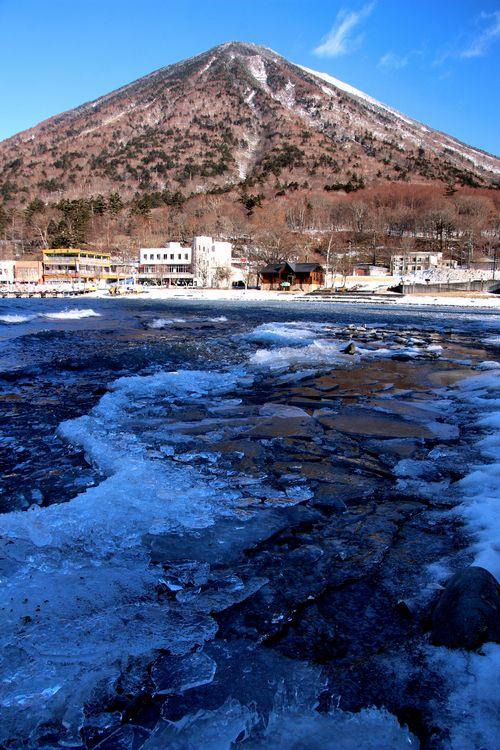 30,2,11中禅寺湖の氷と男体山1-2b.jpg