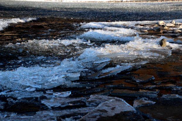 30,2,11中禅寺湖の氷と男体山1-7b.jpg