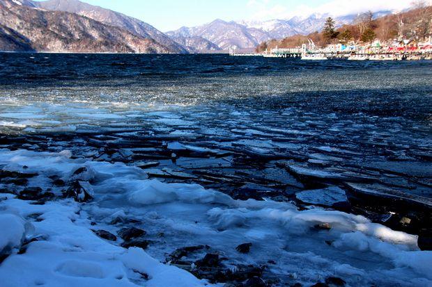 30,2,11中禅寺湖の氷と男体山4-1b.jpg