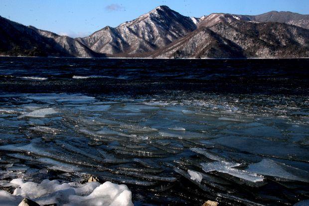 30,2,11中禅寺湖の氷と男体山4-6b.jpg