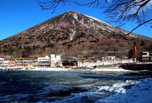 30,2,11中禅寺湖の氷と男体山5-1b.jpg