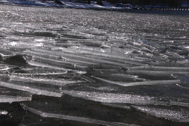 30,2,11中禅寺湖の氷と男体山6-5b.jpg