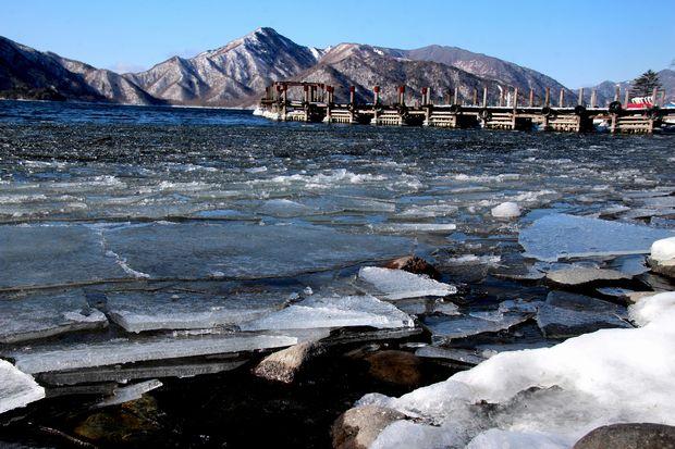 30,2,11中禅寺湖の氷と男体山6-7b.jpg