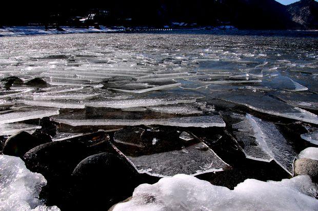 30,2,11中禅寺湖の氷と男体山7-1b.jpg
