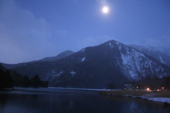 20,1,27 湯元温泉の寒月b.jpg