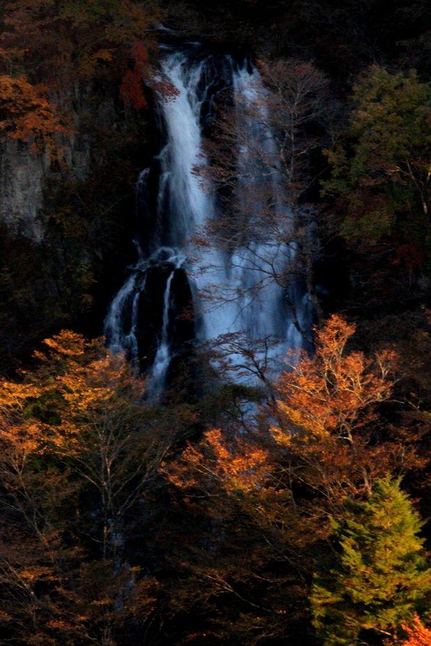29,11,3霧降の滝の紅葉2-4b.jpg