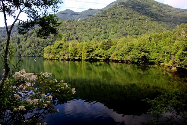 29,8,5 湯の湖の鏡像1-3b.jpg
