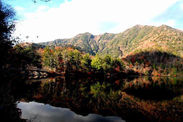 30,10,28 湯の湖の紅葉1-7b.jpg