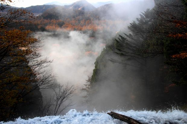 30,10,28 湯滝の紅葉とけあらし1-1b.jpg