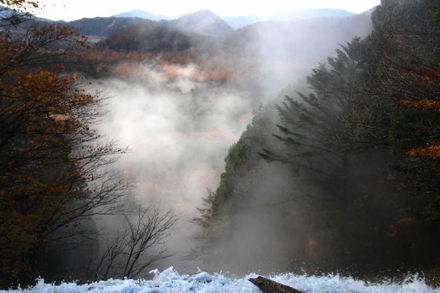 30,10,28 湯滝の紅葉とけあらし1-2b.jpg