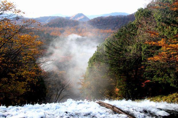 30,10,28 湯滝の紅葉とけあらし1-4b.jpg