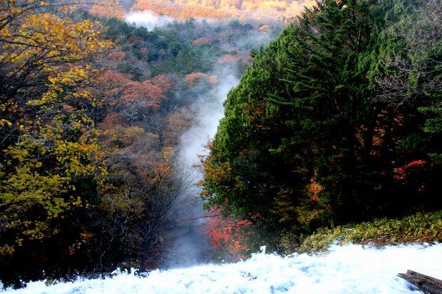 30,10,28 湯滝の紅葉とけあらし2-2b.jpg