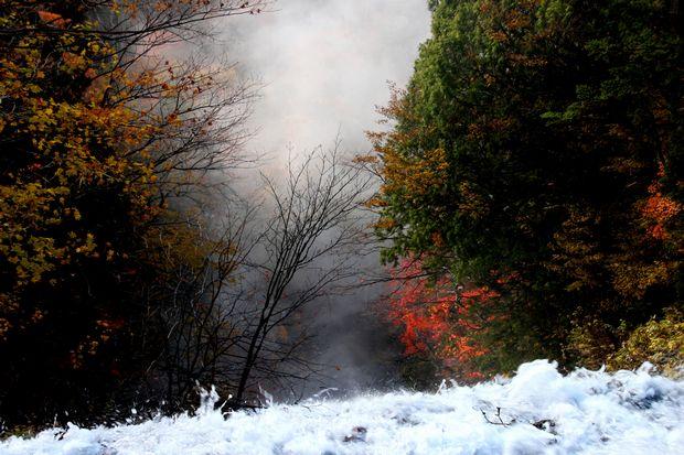 30,10,28 湯滝の紅葉とけあらし2-7b.jpg