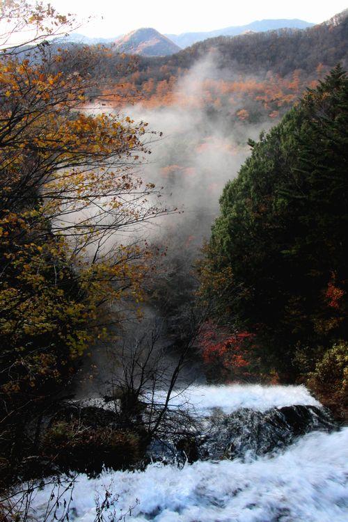 30,10,28 湯滝の紅葉とけあらし3-2b.jpg