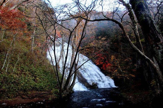 30,10,28 湯滝の紅葉とけあらし3-9b.jpg