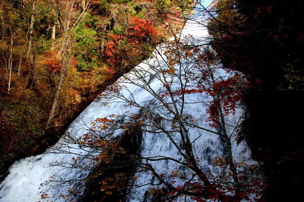 30,10,28 湯滝の紅葉とけあらし4-2b.jpg